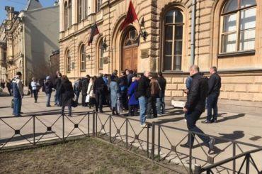Петербуржцы шесть часов ждут беседы сСоболем