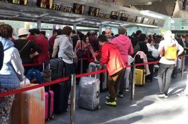 Российские туристы немогут вылететь изПетербурга вКитай
