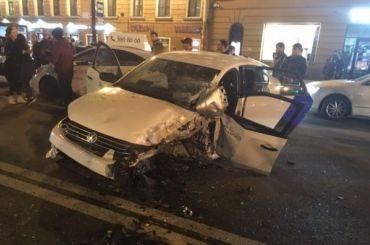 Водитель каршерингового Volkswagen устроил массовое ДТП наНевском