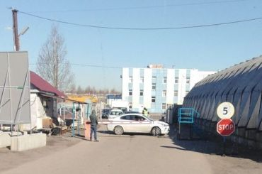 Петербурженка перекрыла въезд кскладам «Полушки» из-за долга ритейлера