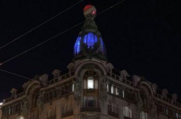 Купол Дома Зингера окрасили вцвета французского флага