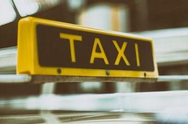 Таксист уехал свещами подвыпившей пассажирки, отлучившейся втуалет