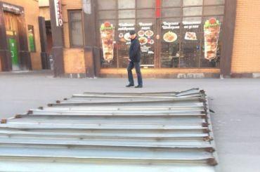 Рекламный щит упал рядом спешеходным переходом вКупчине