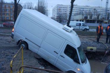 После прорыва трубы наВетеранов вяму скипятком упал микроавтобус