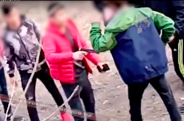 Школьники воВладивостоке наставили насверстника дуло пистолета