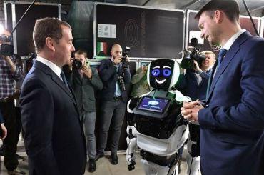 Медведев примерил часы, способные измерять уровень алкоголя вкрови