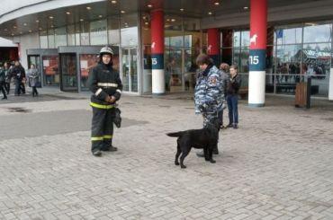 Пять торговых центров эвакуировали вечером вПетербурге