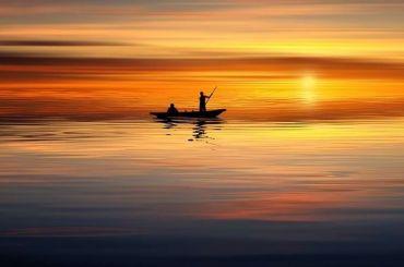 Лодка срыбаками опрокинулась вФинском заливе под Приморском