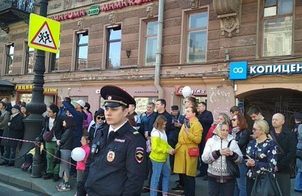 Амосов просит отпустить задержанного пресс-секретаря кбольной матери