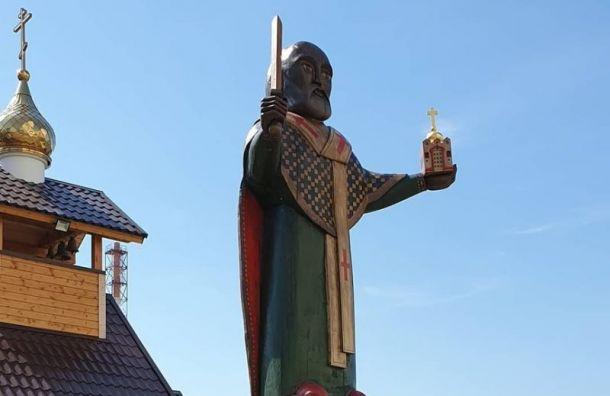 Новый памятник уцеркви вШушарах высмеяли вСети