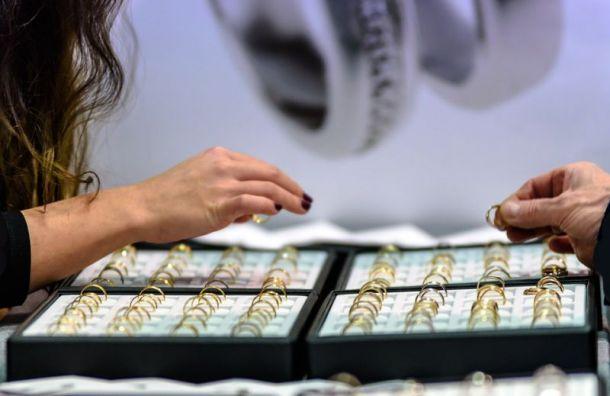Воришки под шумок ограбили ювелирный магазин вПетербурге