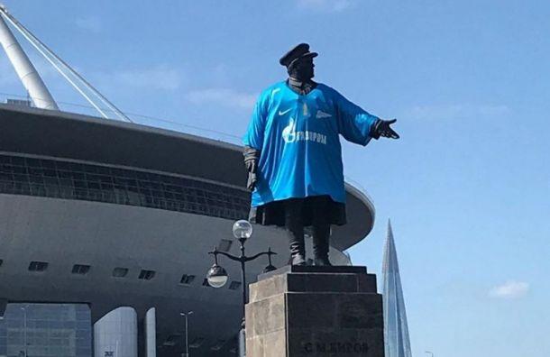 Памятник Кирову нарядили вклубную футболку «Зенита»