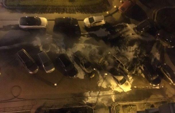 Огонь уничтожил четыре автомобиля наулице Коллонтай