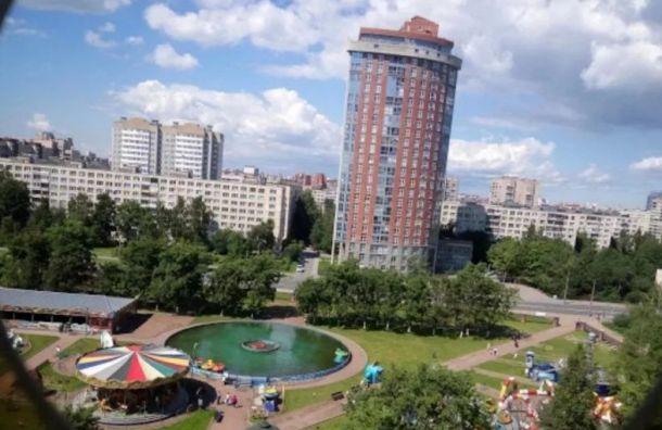 Многоэтажка наулице Подвойского угрожает жильцам кирпичами