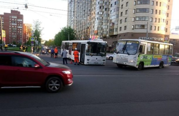 Два человека оказались вбольнице после ДТП савтобусом наБутлерова