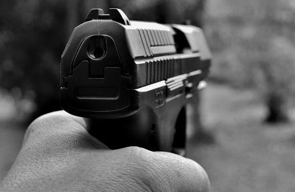 Мужчина едва невыстрелил девушке влицо изаэрозольного пистолета