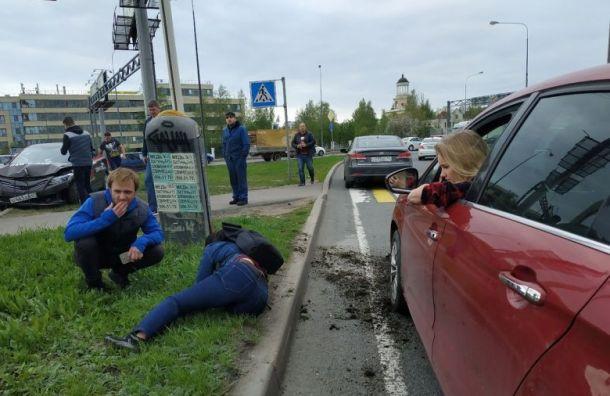 Таксист сбил женщину вМурине ипопытался убежать сместа ДТП