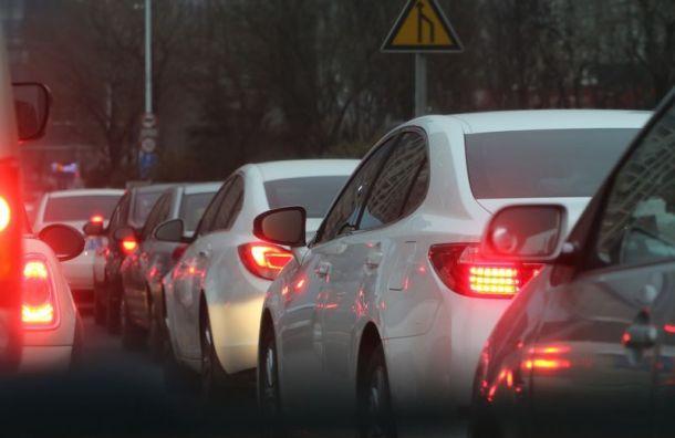 Водители жалуются навечерние пробки вПетербурге по9−10 км