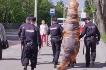 Провокатора вкостюме динозавра задержали уздания Мосгордумы