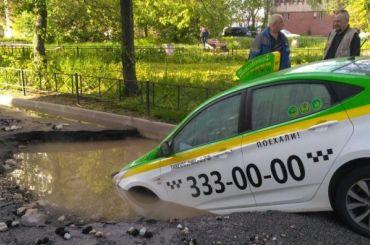 Такси провалилось вяму скипятком наБухарестской
