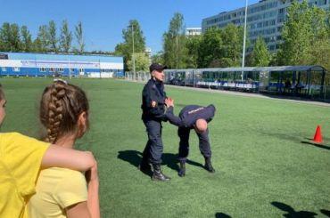 Полицейские научили петербургских школьников заламывать руки