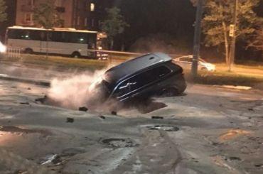 Автомобиль провалился впромоину после прорыва вРыбацком