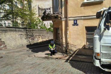 Фура снесла балкон исторического дома вВыборге