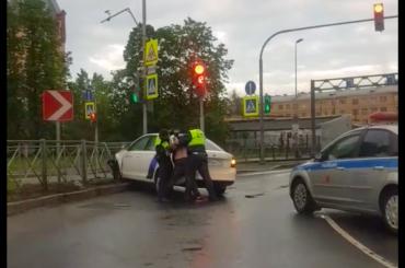 Погоню залихачем накаршеринговом авто остановил забор