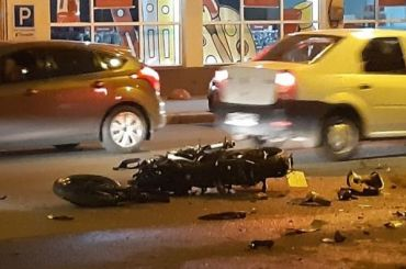 Легковушка сбила мотоциклиста спассажиром наЛитовской улице