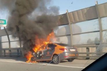 Навнешнем кольце КАД горит каршеринговый Hyundai
