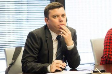 Задержанного наПервомае юриста штаба Навального везут вбольницу