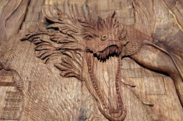Петербуржец продает ореховое панно помотивам «Игры престолов»