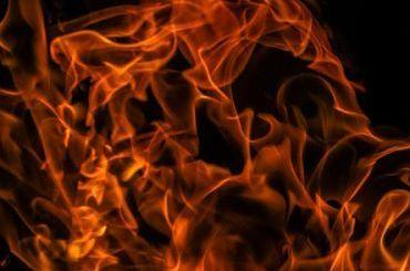 Пожарные эвакуируют жителей горящего дома Бассейного товарищества