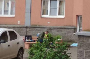 Труп несколько часов лежит под окнами дома вПредпортовом