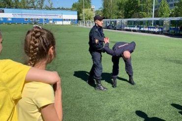 Полицейские научили купчинских школьников заламывать руки