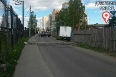 Рухнувшая опора ЛЭП перекрыла движение вдеревне Девяткино