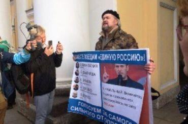 Активисты развернули плакаты против Беглова уГостиного Двора