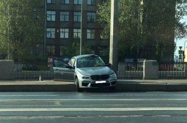 Столб спас BMW отпадения вОбводный канал