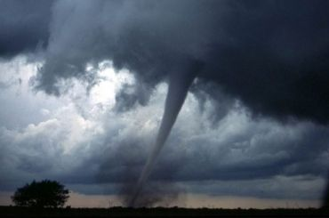 Кудровчане засняли торнадо у«Меги»