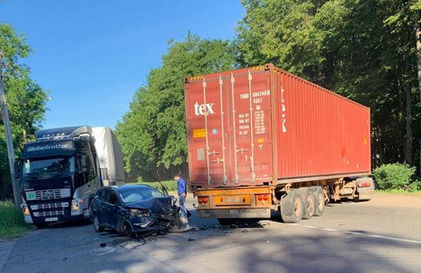 Попавшая вДТП фура перегородила Кингисеппское шоссе