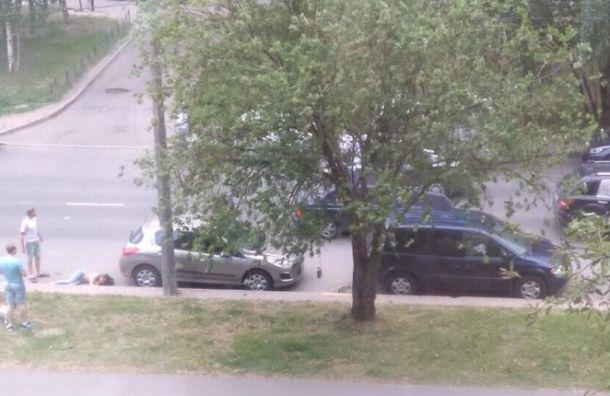После ДТП на Асафьева пешехода отбросило на припаркованные машины