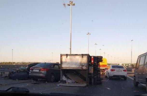 Два человека пострадали ваварии сгрузовиком наКАД