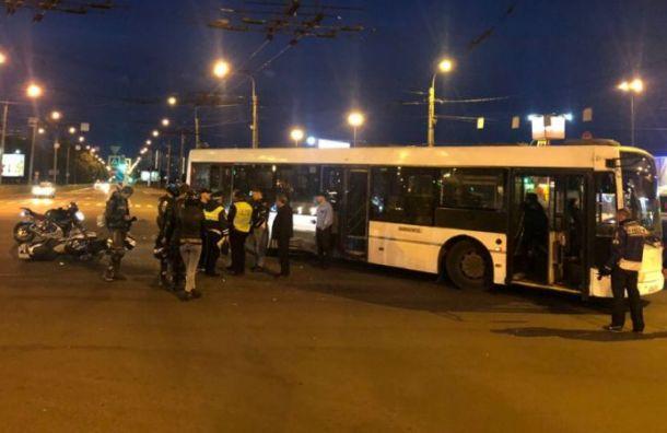 Автобус сбил мотоциклиста наулице Типанова
