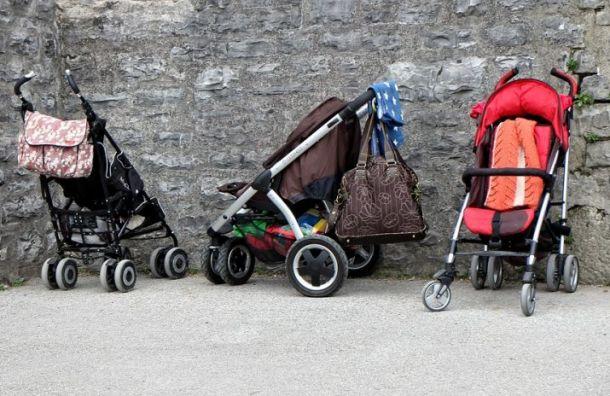 Девочка нароликовых коньках «угнала» детскую коляску вПетербурге