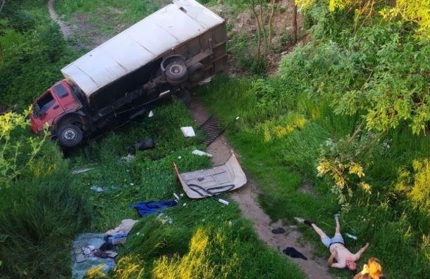 Водитель грузовика пострадал, рухнув саварийного моста вРыбацком