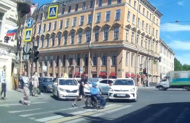 Вопреки негативу: таксист помог инвалиду пересечь пешеходный переход