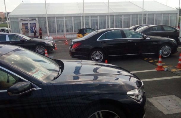 Перед приездом Путина уЭкспофорума скопилась пробка изэлитных машин