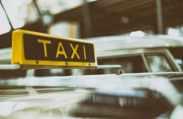 Таксист спистолетом ограбил отдыхавшего наДумской петербуржца