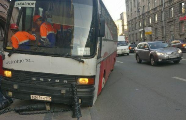 Автобус срабочими снес ограждение наПетроградке