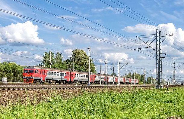 Пассажирский поезд насмерть сбил подростка вКолпине